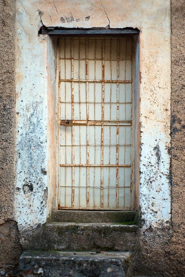 Puerta con las barras de hierro fotografía de archivo libre de regalías