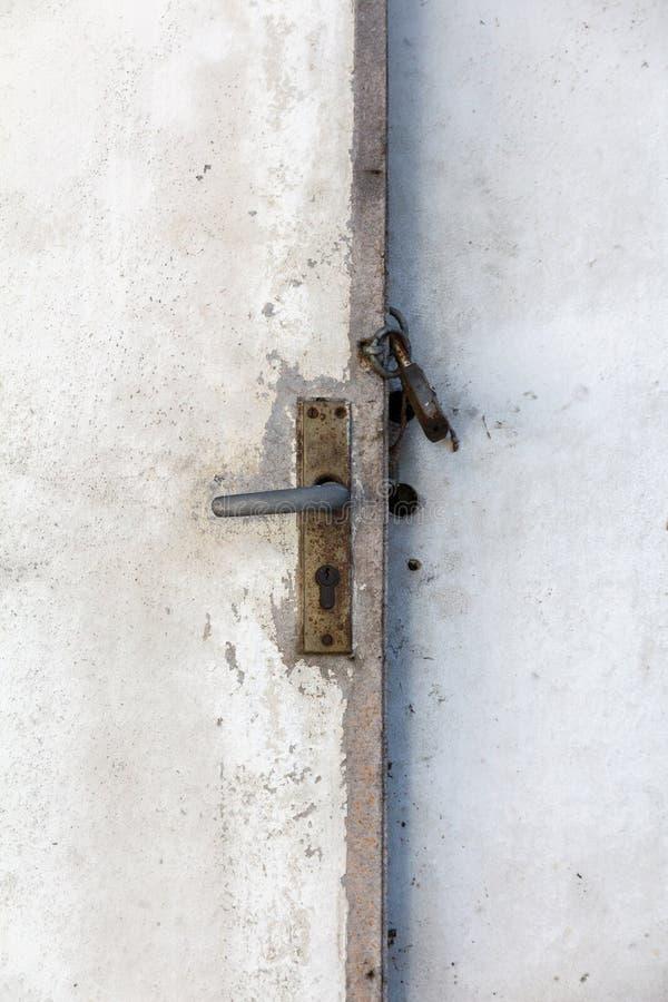 Puerta con un candado cerrado imágenes de archivo libres de regalías