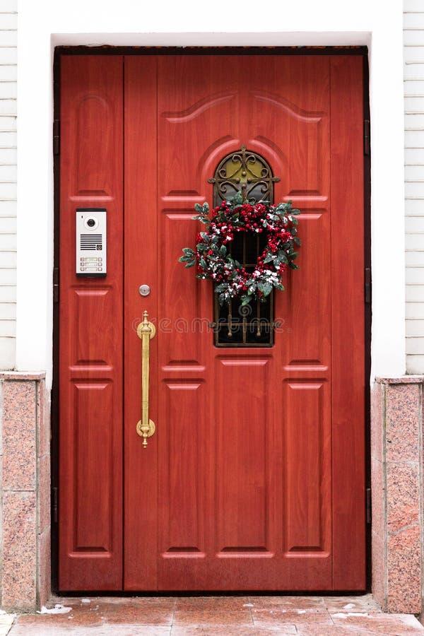 Puerta con una guirnalda de la Navidad foto de archivo libre de regalías