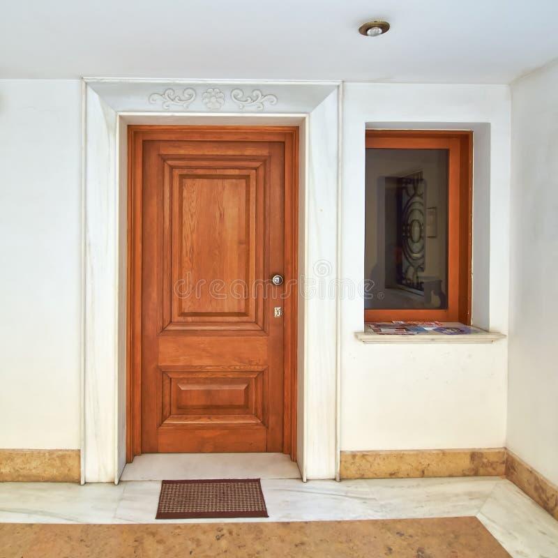Puerta contemporánea de la casa imagen de archivo libre de regalías