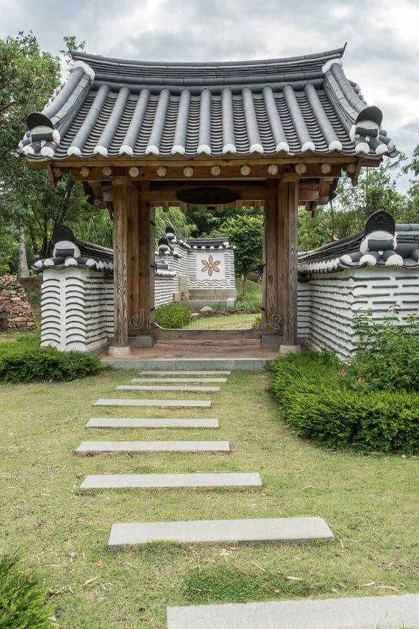 Puerta coreana en jardín foto de archivo libre de regalías