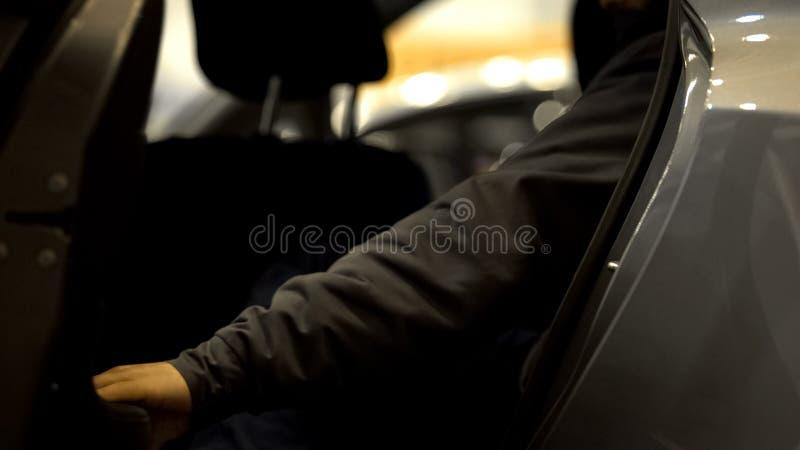 Puerta de abertura masculina del pasajero y el salir del coche, transporte urbano del servicio del taxi foto de archivo libre de regalías