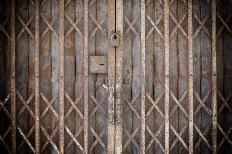 Puerta de acero aherrumbrada plegable bloqueada vieja fotografía de archivo libre de regalías