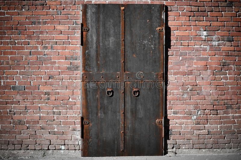 Puerta de acero asustadiza fotos de archivo libres de regalías