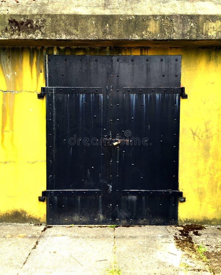 Puerta de acero bloqueada fotografía de archivo