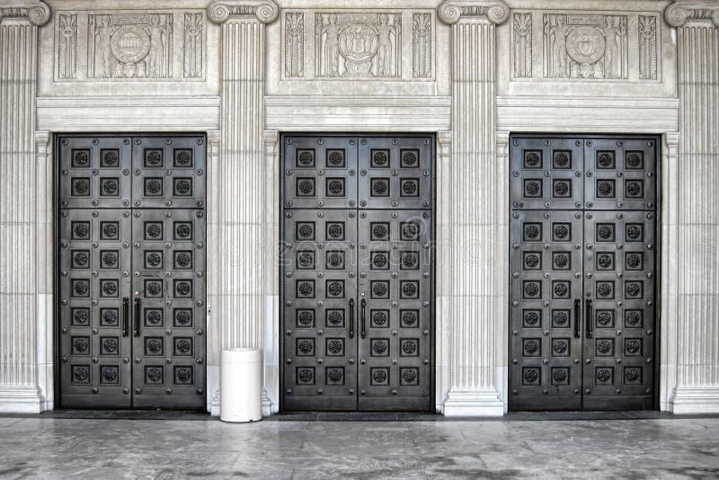 Puerta de acero masiva en el edificio clásico neo imagen de archivo