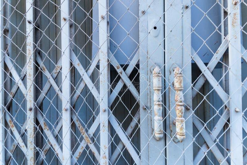 Puerta de acero usada para abrir y para cerrar la casa foto de archivo libre de regalías