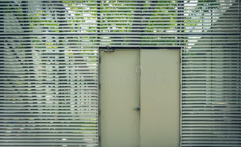 Puerta de acero usada para abrir y para cerrar la casa fotos de archivo libres de regalías
