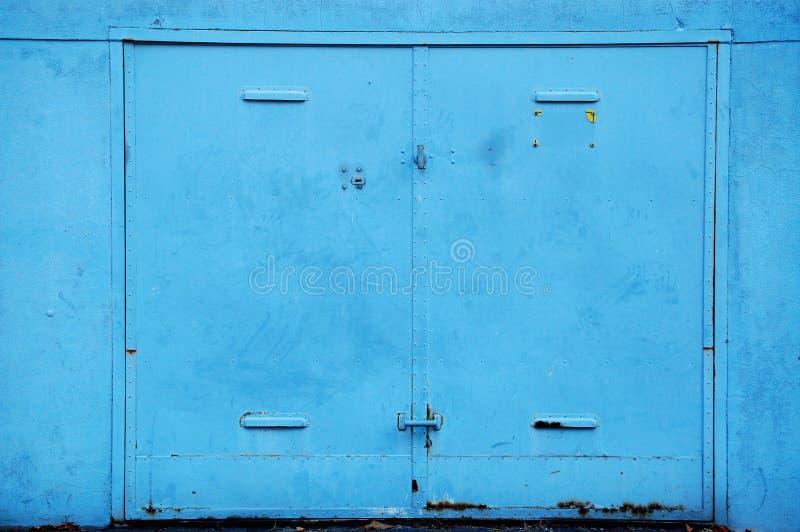 Puerta de acero vieja del garaje fotografía de archivo libre de regalías