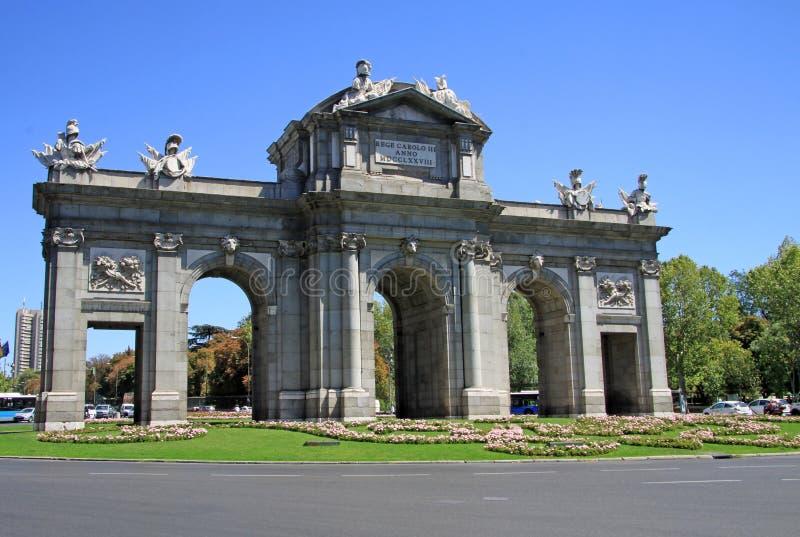 Puerta DE Alcala (Alcala-Poort) op het Plein DE La Independencia (Onafhankelijkheidsvierkant) in Madrid, Spanje stock foto