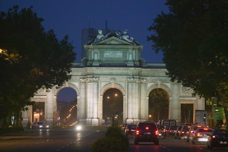 Puerta de Alcala alla notte, Madrid, Spagna fotografia stock libera da diritti
