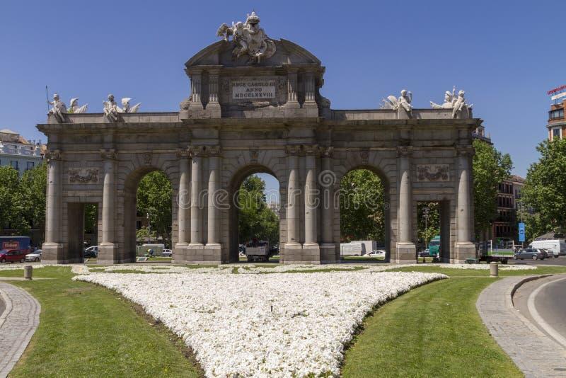 Puerta DE Alcala in een zonnige dag stock afbeelding