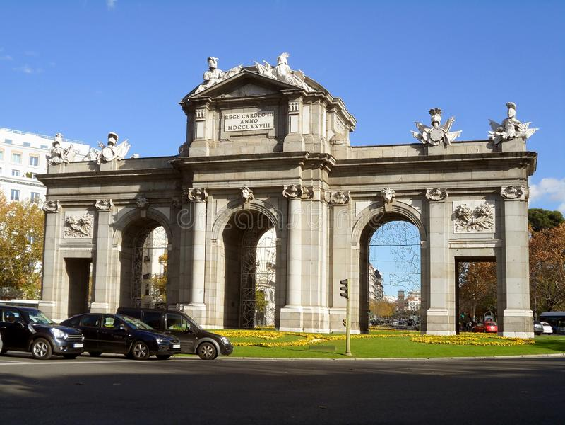Puerta de Alcala, el primer arco triunfal poste-romano moderno construido en Europa, situada en Plaza de la Independencia en Madr fotografía de archivo