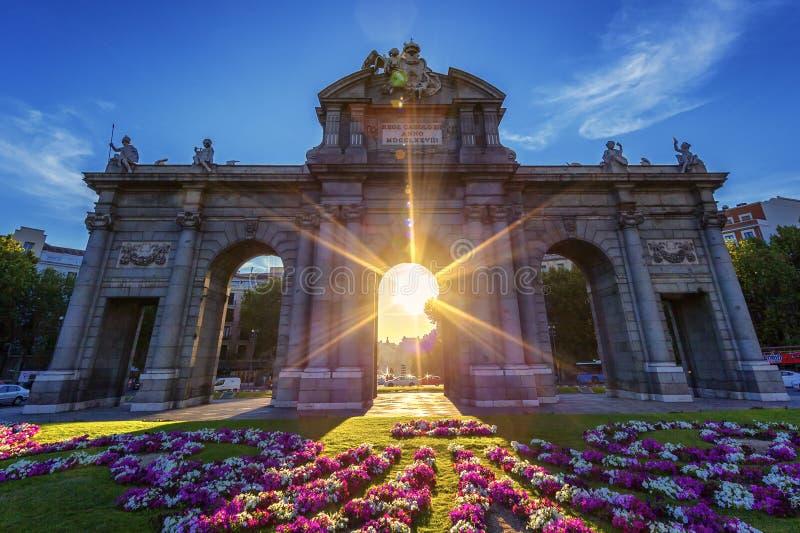 Puerta de Alcala en la puesta del sol fotos de archivo