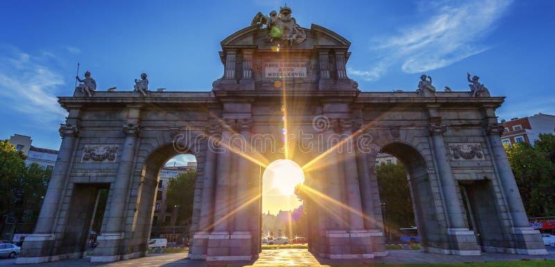 Puerta de Alcala på solnedgången arkivfoto