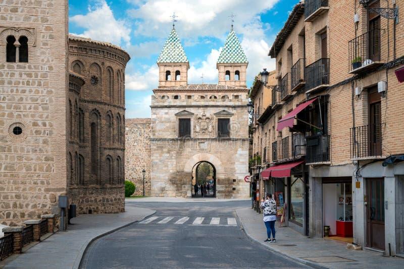 Puerta de Bisagra eller Alfonso VI port i stad av Toledo, Spanien fotografering för bildbyråer