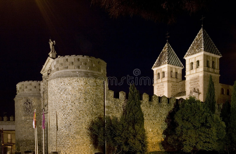 Puerta de Bisagra la nuit photo libre de droits