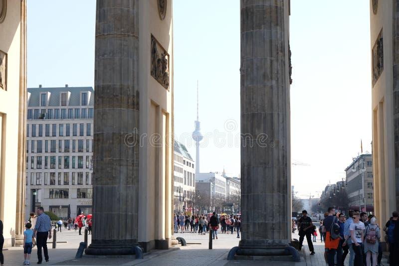 Puerta de Brandeburgo Berlín con la torre de la TV fotos de archivo
