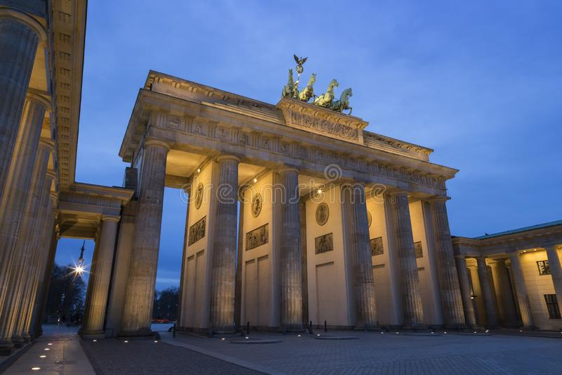 Puerta de Brandeburgo del Lit en Berlín en la oscuridad imagen de archivo libre de regalías