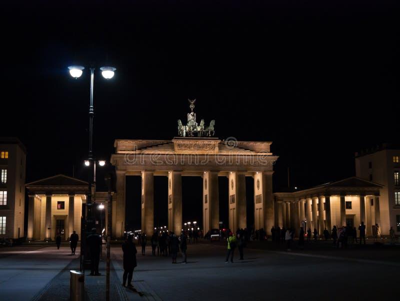 Puerta de Brandeburgo en Berlín, Alemania en la noche, iluminada imagen de archivo libre de regalías