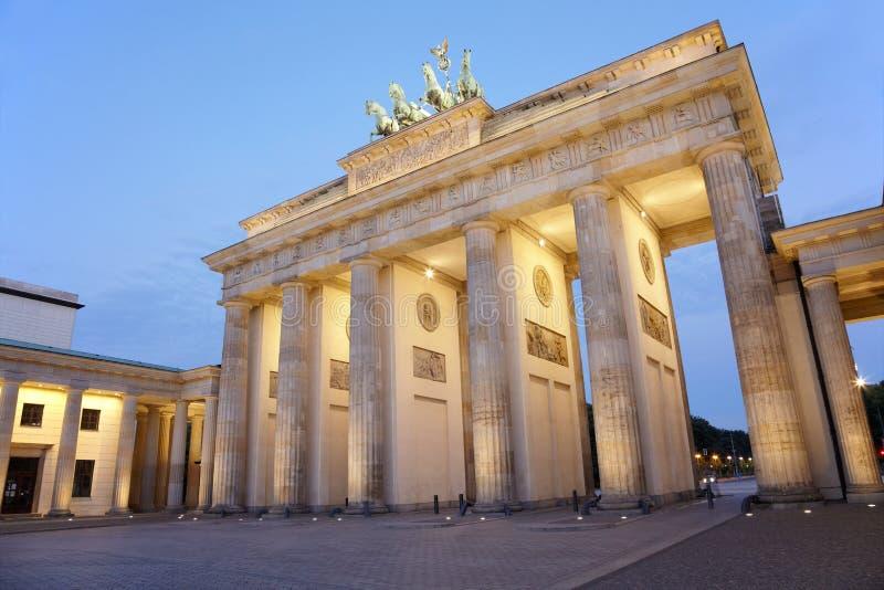 Puerta de Brandeburgo en la noche, Berlín imágenes de archivo libres de regalías