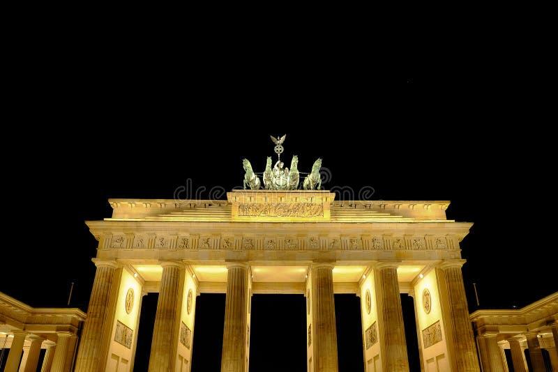 Puerta de Brandeburgo en la noche en Berlín, Alemania - 29 11 2016 imagen de archivo libre de regalías