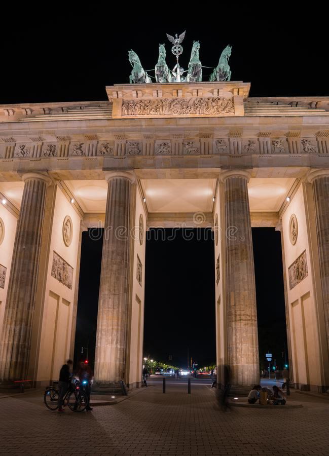 Puerta de Brandeburgo histórica iluminada en la noche imágenes de archivo libres de regalías