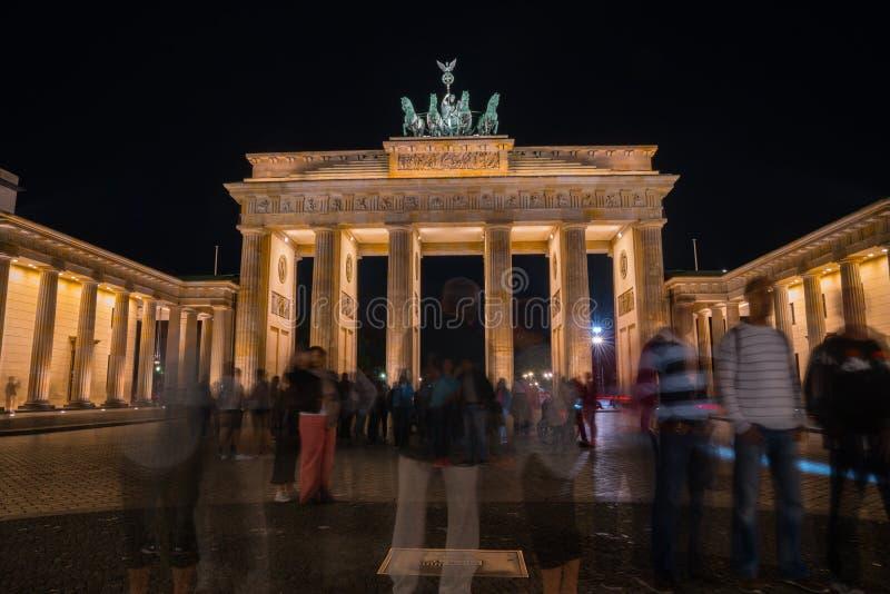 Puerta de Brandeburgo histórica iluminada en la noche fotos de archivo libres de regalías