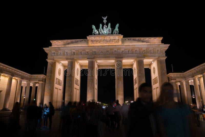Puerta de Brandeburgo histórica iluminada en la noche imagenes de archivo