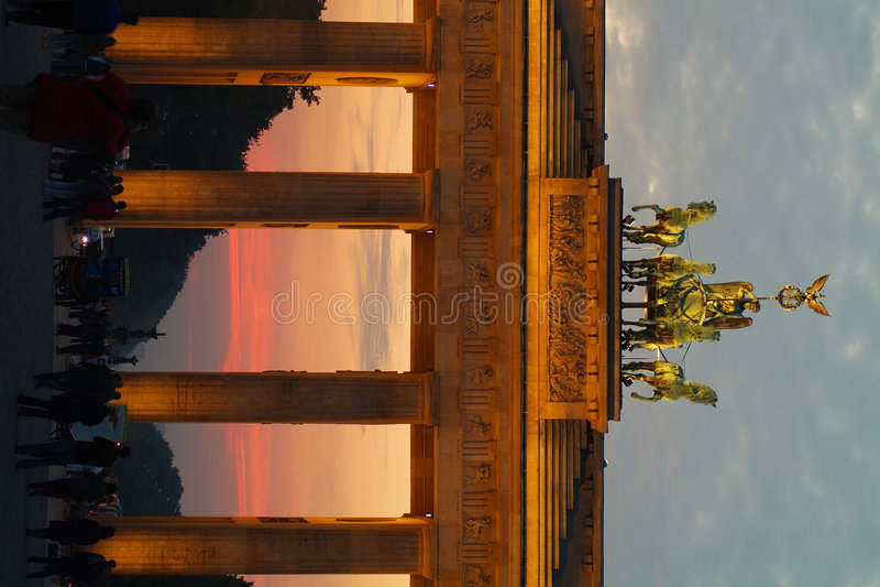 Puerta de Brandenburgo en la oscuridad fotografía de archivo
