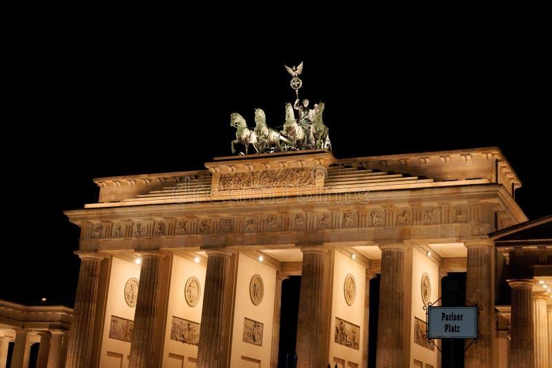 Puerta de Brandenburgo por noche en Berlín foto de archivo libre de regalías