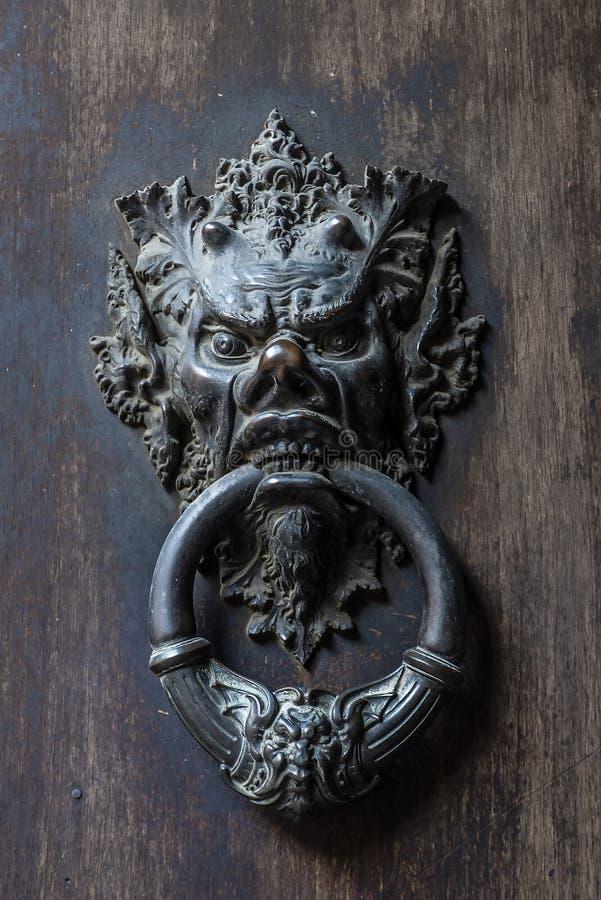 Puerta de bronce del golpeador de la cabeza del diablo imagen de archivo