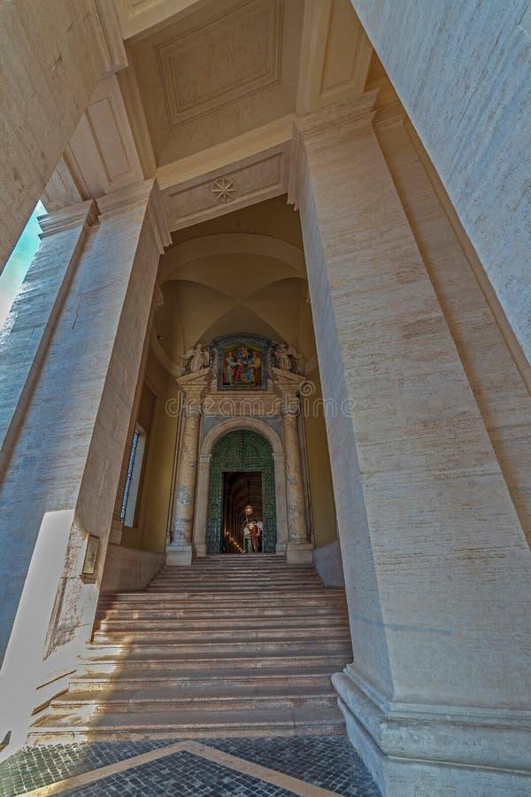 Puerta de bronce del palacio apostólico del Vaticano con el hombre del Pontific imagenes de archivo