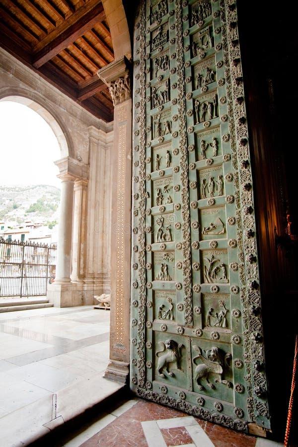 Puerta de bronce normanda antigua en Duomo di Monreale foto de archivo