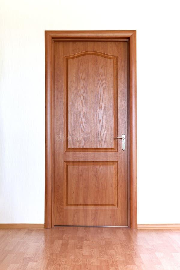Puerta de Brown en la pared blanca imagen de archivo