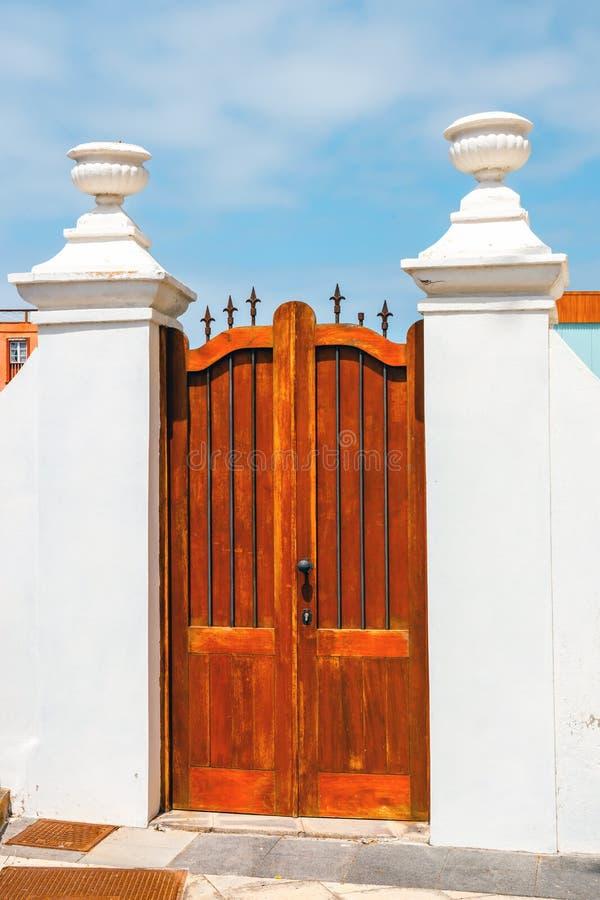 Puerta de Brown en una pared blanca imagen de archivo libre de regalías
