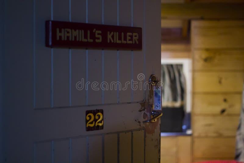 Puerta de cabañas de madera Concepto del horror fotos de archivo libres de regalías