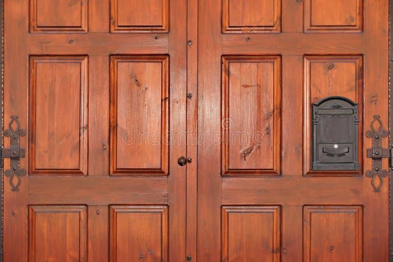 Puerta de caoba artesonada pesada de la madera dura de la hoja doble con el hierro Mailb imagenes de archivo