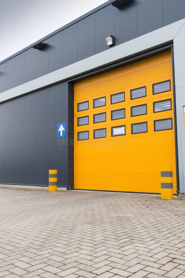 Puerta de carga amarilla en almacén industrial foto de archivo