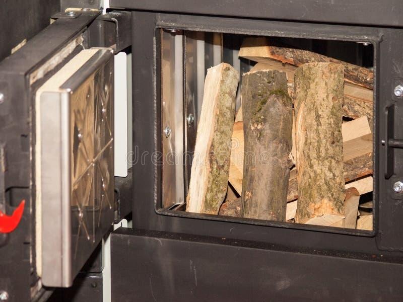 Puerta de carga - caldera del combustible sólido con las bandejas para la ignición imágenes de archivo libres de regalías