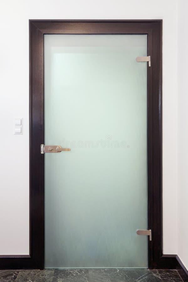Puerta de cristal cerrada moderna imagen de archivo libre de regalías