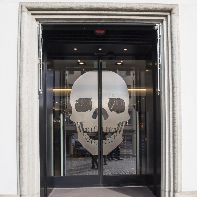 Puerta de cristal con el cráneo imagen de archivo libre de regalías