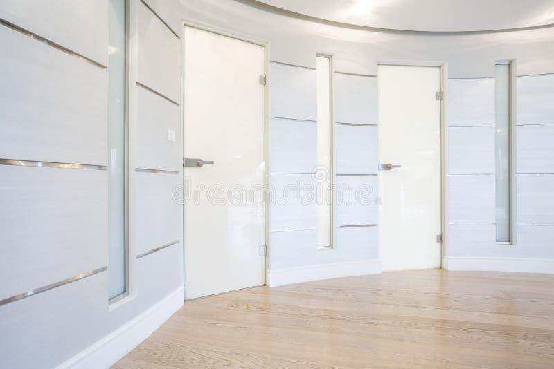 Puerta de cristal dentro del pasillo espacioso imagen de archivo libre de regalías