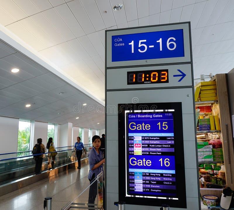 Puerta de embarque en el aeropuerto en Saigon, Vietnam fotografía de archivo