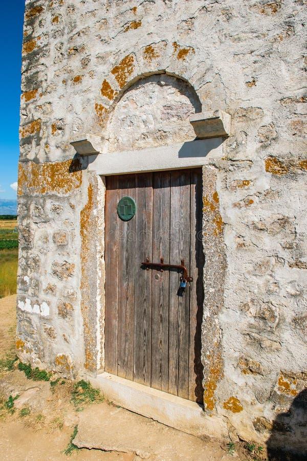 Puerta de entrada de la iglesia católica muy vieja de St Nicolás en Nin en Croacia cerca de Zadar fotografía de archivo libre de regalías