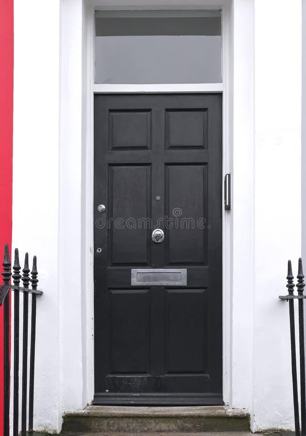 Puerta de entrada de madera negra foto de archivo imagen - Barnizar puerta de entrada ...