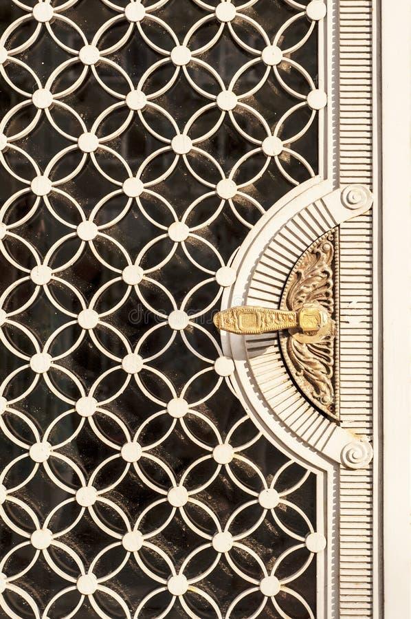 Puerta de entrada decorativa imagenes de archivo