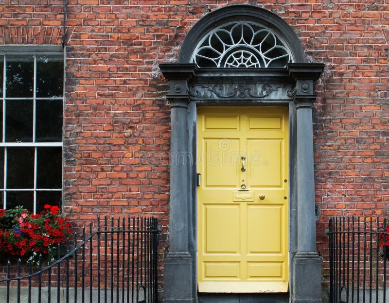 Puerta de entrada del color amarillo en ciudad irlandesa fotografía de archivo libre de regalías