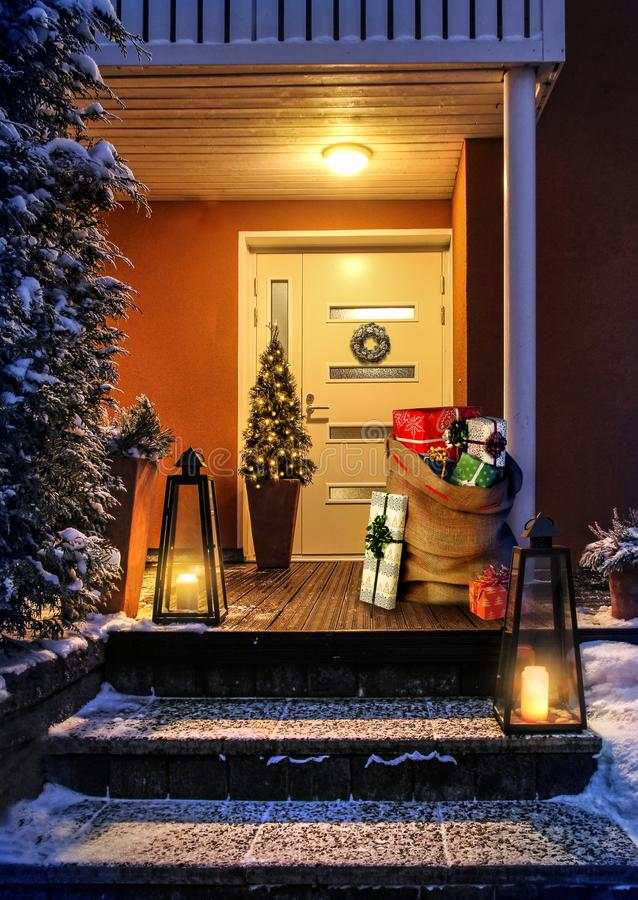 Puerta de entrada de la casa de Navidad y decoración con saco de regalo fotografía de archivo