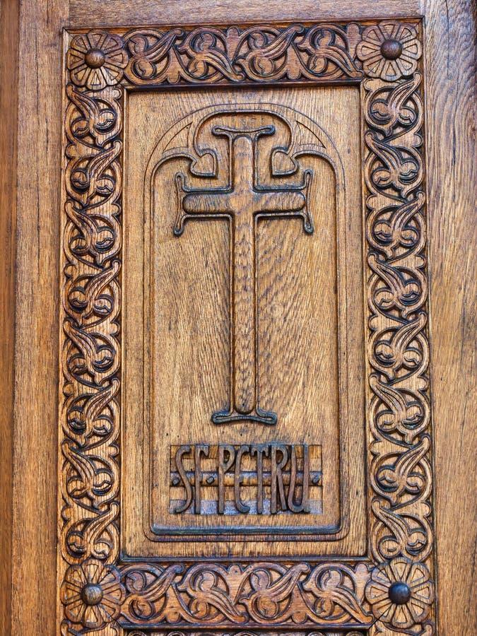 Puerta de entrada de madera, monasterio de Sinaia, Rumania fotos de archivo libres de regalías